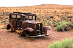 Παλαιό σκουριασμένο αυτοκίνητο στην αμερικανική έρημο Στοκ φωτογραφίες με δικαίωμα ελεύθερης χρήσης