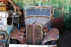 Παλαιό σκουριασμένο αυτοκίνητο Στοκ εικόνα με δικαίωμα ελεύθερης χρήσης