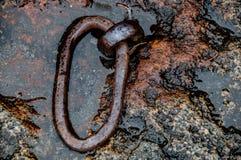 Παλαιό σκουριασμένο δαχτυλίδι δέσμευσης που τίθεται στην πέτρα στοκ εικόνα με δικαίωμα ελεύθερης χρήσης