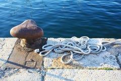 Παλαιό σκουριασμένο λιμάνι στην αποβάθρα βαρκών με το σχοινί θάλασσας Pula στοκ φωτογραφίες με δικαίωμα ελεύθερης χρήσης
