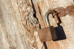 Παλαιό σκουριασμένο λουκέτο ενός παλαιού ξύλινου υπόστεγου Στοκ Φωτογραφία