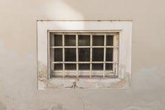 Παλαιό σκουριασμένο παράθυρο κελαριών με το κιγκλίδωμα σιδήρου Στοκ Φωτογραφία