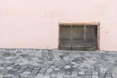 Παλαιό σκουριασμένο παράθυρο κελαριών με το κιγκλίδωμα σιδήρου Στοκ εικόνες με δικαίωμα ελεύθερης χρήσης