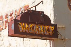 Παλαιό σκουριασμένο σημάδι κενού σε ένα κτήριο μοτέλ στοκ φωτογραφίες