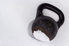 Παλαιό σκουριασμένο kettlebell για την οδό χειμερινής κατάρτισης workout στο χιόνι Στοκ Εικόνα