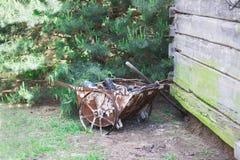 Παλαιό σκουριασμένο wheelbarrow, Στοκ Εικόνες