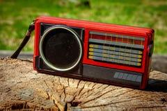 Παλαιό σοβιετικό ραδιόφωνο σε ένα ξύλινο υπόβαθρο στοκ φωτογραφίες