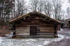 Παλαιό σπίτι καμπινών κούτσουρων στο δάσος το φθινόπωρο Στοκ Εικόνα