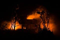 Παλαιό σπίτι με ένα φάντασμα στη φεγγαρόφωτη νύχτα ή εγκαταλειμμένο συχνασμένο σπίτι φρίκης στην ομίχλη Παλαιά απόκρυφη βίλα με τ Στοκ Εικόνες