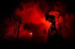 Παλαιό σπίτι με ένα φάντασμα στη φεγγαρόφωτη νύχτα ή εγκαταλειμμένο συχνασμένο σπίτι φρίκης στην ομίχλη Παλαιά απόκρυφη βίλα με τ Στοκ Φωτογραφία