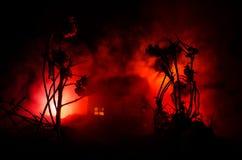 Παλαιό σπίτι με ένα φάντασμα στη φεγγαρόφωτη νύχτα ή εγκαταλειμμένο συχνασμένο σπίτι φρίκης στην ομίχλη Παλαιά απόκρυφη βίλα με τ Στοκ εικόνες με δικαίωμα ελεύθερης χρήσης