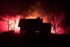 Παλαιό σπίτι με ένα φάντασμα στο δάσος τη νύχτα ή εγκαταλειμμένο συχνασμένο σπίτι φρίκης στην ομίχλη Παλαιό απόκρυφο κτήριο στο ν Στοκ Εικόνες