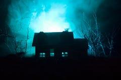 Παλαιό σπίτι με ένα φάντασμα στο δάσος τη νύχτα ή εγκαταλειμμένο συχνασμένο σπίτι φρίκης στην ομίχλη Παλαιό απόκρυφο κτήριο στο ν Στοκ φωτογραφίες με δικαίωμα ελεύθερης χρήσης