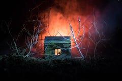 Παλαιό σπίτι με ένα φάντασμα στο δάσος τη νύχτα ή εγκαταλειμμένο συχνασμένο σπίτι φρίκης στην ομίχλη Παλαιό απόκρυφο κτήριο στο ν Στοκ εικόνες με δικαίωμα ελεύθερης χρήσης