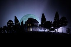Παλαιό σπίτι με ένα φάντασμα στο δάσος τη νύχτα ή εγκαταλειμμένο συχνασμένο σπίτι φρίκης στην ομίχλη Παλαιό απόκρυφο κτήριο στο ν Στοκ φωτογραφία με δικαίωμα ελεύθερης χρήσης