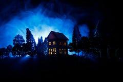 Παλαιό σπίτι με ένα φάντασμα στο δάσος τη νύχτα ή εγκαταλειμμένο συχνασμένο σπίτι φρίκης στην ομίχλη Παλαιό απόκρυφο κτήριο στο ν Στοκ Φωτογραφία