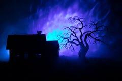 Παλαιό σπίτι με ένα φάντασμα τη νύχτα με το απόκοσμο δέντρο ή εγκαταλειμμένο συχνασμένο σπίτι φρίκης στον τονισμένο ομιχλώδη ουρα Στοκ φωτογραφία με δικαίωμα ελεύθερης χρήσης
