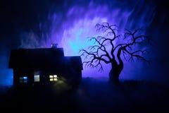 Παλαιό σπίτι με ένα φάντασμα τη νύχτα με το απόκοσμο δέντρο ή εγκαταλειμμένο συχνασμένο σπίτι φρίκης στον τονισμένο ομιχλώδη ουρα Στοκ Εικόνα