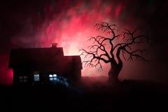 Παλαιό σπίτι με ένα φάντασμα τη νύχτα με το απόκοσμο δέντρο ή εγκαταλειμμένο συχνασμένο σπίτι φρίκης στον τονισμένο ομιχλώδη ουρα Στοκ Φωτογραφίες