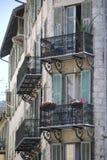 Παλαιό σπίτι με τα μικρά γαλλικά μπαλκόνια, Γαλλία Στοκ φωτογραφίες με δικαίωμα ελεύθερης χρήσης