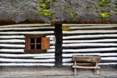 Παλαιό σπίτι με το μικρό ξύλινο παράθυρο και πάγκος σε ένα εκλεκτής ποιότητας romani Στοκ Εικόνες