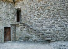 Παλαιό σπίτι πετρών με σκάλα και δύο πόρτες στοκ εικόνες