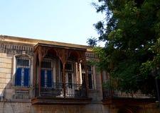 Παλαιό σπίτι πετρών με το όμορφο αραβικό μπαλκόνι στην περιοχή Καύκασου στοκ φωτογραφία με δικαίωμα ελεύθερης χρήσης