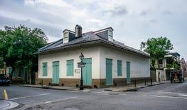 Παλαιό σπίτι στα σταυροδρόμια των οδών της γαλλικής συνοικίας Νέα Ορλεάνη, Λουιζιάνα, ΗΠΑ Στοκ Εικόνα