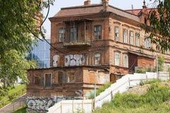 Παλαιό σπίτι του εμπορικού Chuvildin στον ποταμό σε Yekaterinbur στοκ εικόνα