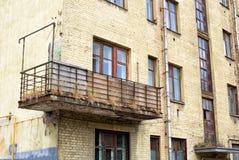 Παλαιό σπίτι τούβλου με το μπαλκόνι Στοκ φωτογραφία με δικαίωμα ελεύθερης χρήσης