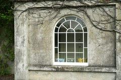 Παλαιό σπίτι φέουδων με το διακριτικό σχηματισμένο αψίδα παράθυρο στοκ εικόνες με δικαίωμα ελεύθερης χρήσης