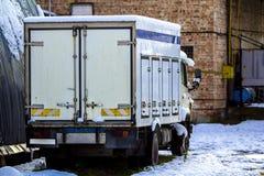 Παλαιό σπασμένο φορτηγό αυτοκινήτων φορτίου κοντά στα βιομηχανικά κτήρια Στοκ φωτογραφία με δικαίωμα ελεύθερης χρήσης