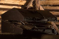 Παλαιό στήθος στη σοφίτα Στοκ Εικόνες