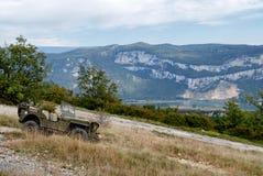 Παλαιό στρατιωτικό όχημα στο βουνό Στοκ Εικόνα