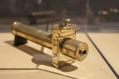 Παλαιό τηλεσκόπιο χαλκού σε ένα μικρό σπίτι στη Γαλλία Στοκ Εικόνες