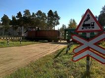 Παλαιό τραίνο στο παλαιό πέρασμα σιδηροδρόμων στοκ φωτογραφία με δικαίωμα ελεύθερης χρήσης