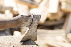 Παλαιό τσεκούρι με το καυσόξυλο Ξύλο διάστημα αντιγράφων Στοκ φωτογραφία με δικαίωμα ελεύθερης χρήσης