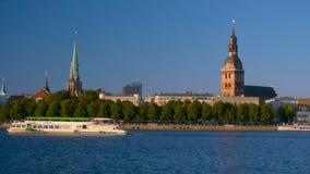 Παλαιό υπόβαθρο πόλης copyspace πανοράματος της Ρήγας με τη μεγάλη βάρκα σκαφών στον ποταμό Daugava απόθεμα βίντεο