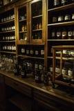 Παλαιό φαρμακείο με τα φάρμακα στοκ φωτογραφίες