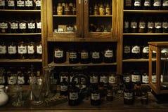 Παλαιό φαρμακείο με τα φάρμακα στοκ εικόνα με δικαίωμα ελεύθερης χρήσης