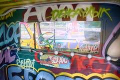 Παλαιό φορτηγό που διακοσμείται με τα γκράφιτι και τα φω'τα Στοκ Εικόνες
