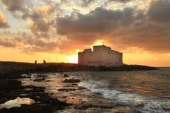 Παλαιό φρούριο στον πορτοκαλή ουρανό και τα γκρίζα σύννεφα στοκ εικόνες