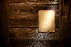 Παλαιό χαρτόνι αφισών εγγράφου στον ηλικίας παλαιό ξύλινο τοίχο Στοκ Φωτογραφίες