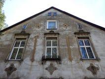 Παλαιό όμορφο σπίτι σε Silute, Λιθουανία στοκ φωτογραφίες