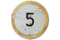 Παλαιό όριο ταχύτητας 5 ` οδικών σημαδιών ` που απομονώνεται στο λευκό στοκ φωτογραφία με δικαίωμα ελεύθερης χρήσης