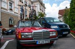 Παλαιό Benz της Mercedes που μεταφέρει τα ποδήλατα στο ράφι στεγών στοκ εικόνα