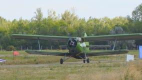 Παλαιό biplane αεροπλάνο στο διάδρομο απόθεμα βίντεο