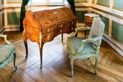 Παλαιό escritoire ξύλων καρυδιάς με τις πολυθρόνες στοκ φωτογραφίες
