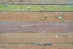 Παλαιό shabby, ξεφλουδίζοντας καφετί, πράσινο χρώμα σε έναν ξύλινο τοίχο στοκ φωτογραφία με δικαίωμα ελεύθερης χρήσης