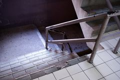 Παλαιό Stairwell στη λεωφόρο αγορών στοκ φωτογραφία με δικαίωμα ελεύθερης χρήσης